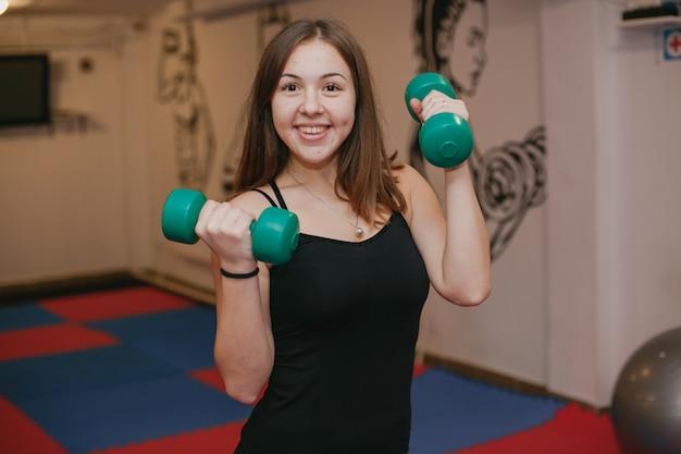 Dziewczyna zajmuje się sportem na siłowni Darmowe Zdjęcia