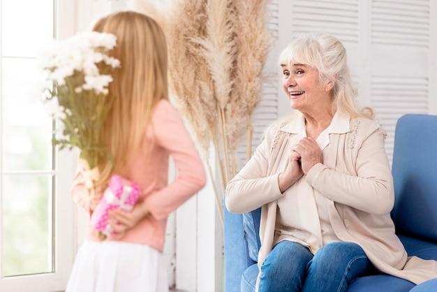 Dziewczyna Zaskakująca Babcia Na Dzień Dziadków Darmowe Zdjęcia