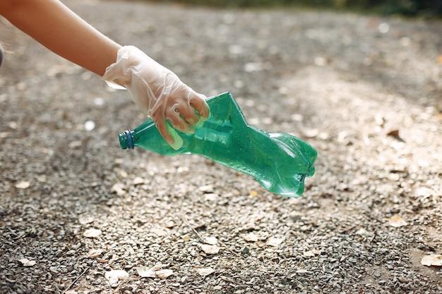 Dziewczyna Zbiera śmieci W Workach Na śmieci W Parku Darmowe Zdjęcia