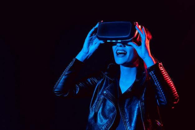Dziewczyna Zdobywa Doświadczenie W Korzystaniu Z Okularów Rzeczywistości Wirtualnej Premium Zdjęcia