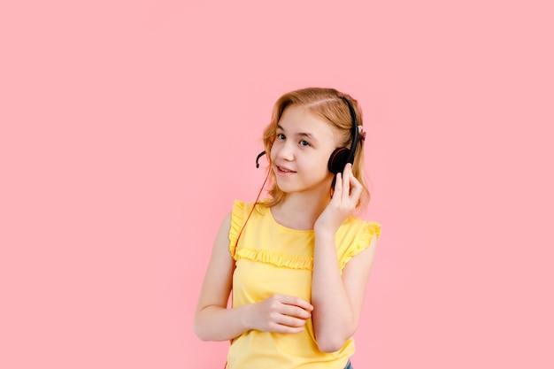 Dziewczyna Ze Słuchawkami Podczas Lekcji Online W Domu Premium Zdjęcia
