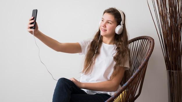 Dziewczyna Ze Słuchawkami Przy Selfie Darmowe Zdjęcia