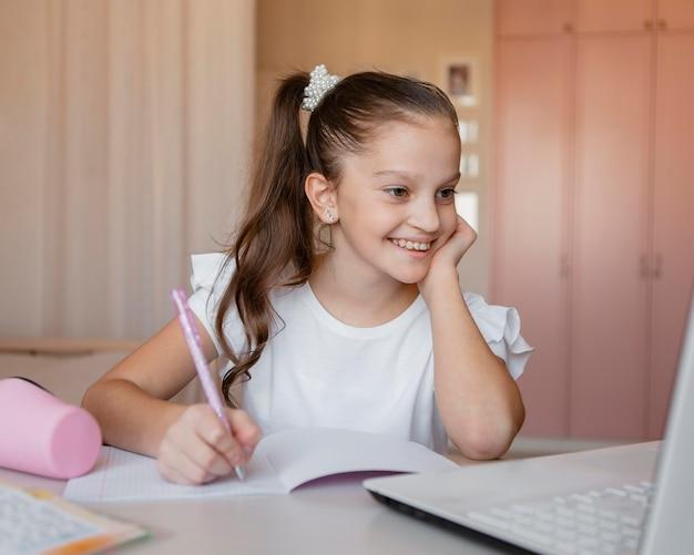 Dziewczyna, Zwracając Uwagę Na Lekcje Online W Domu Darmowe Zdjęcia