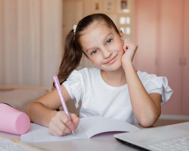 Dziewczyna, Zwracając Uwagę Na Lekcje Online Darmowe Zdjęcia
