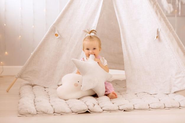 Dziewczynka bawi się w pokoju dziecinnym Premium Zdjęcia