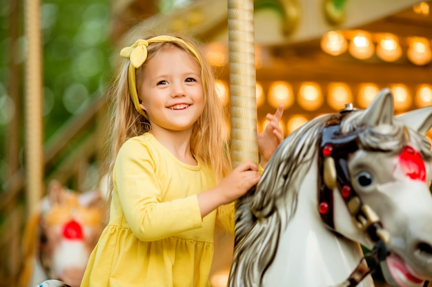 Dziewczynka Na Karuzeli Premium Zdjęcia
