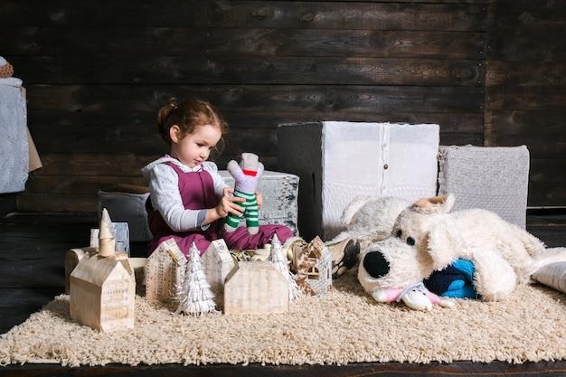 Dziewczynka Siedzi Na Dywan Bawi Się Z Marionetką Darmowe Zdjęcia