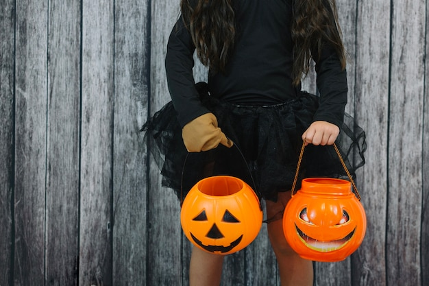 Dziewczynka w balecie spódnica gospodarstwa jack-o-lantern koszy Darmowe Zdjęcia