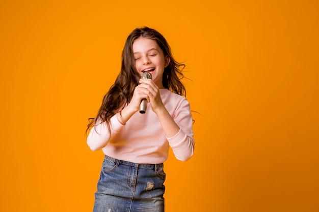 Dziewczynka Z Mikrofonem Uśmiechnięty śpiew Premium Zdjęcia