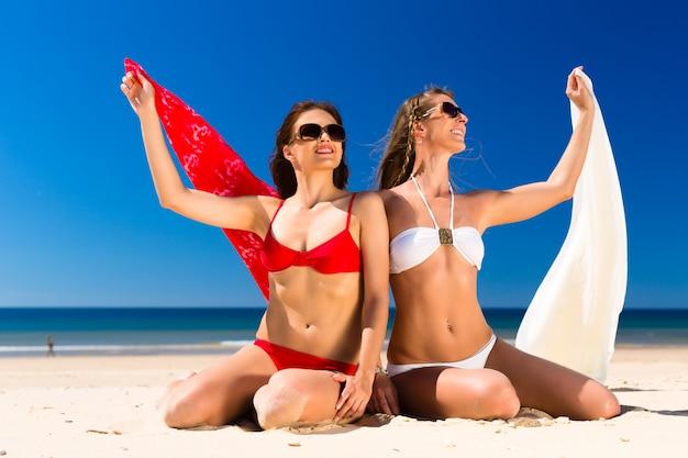 Dziewczyny cieszą się wolnością na plaży Premium Zdjęcia
