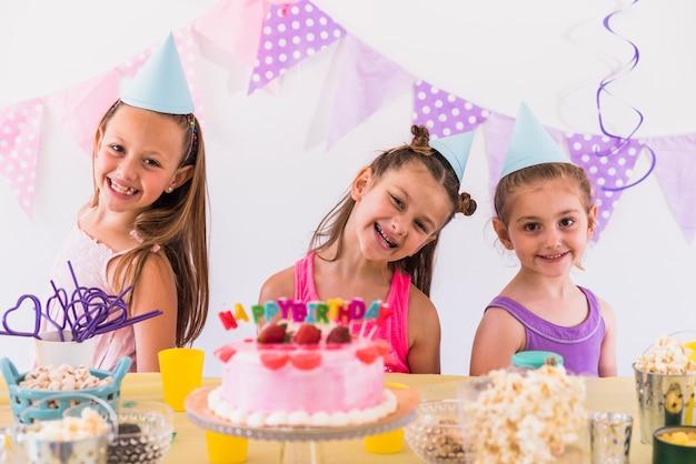 Dziewczyny ma zabawę przy przyjęciem urodzinowym Darmowe Zdjęcia