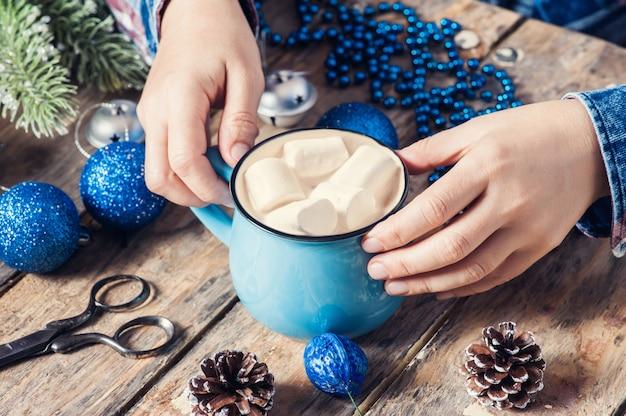 Dziewczyny Obsiadanie Przy Jej Biurkiem Pije Kawę Premium Zdjęcia