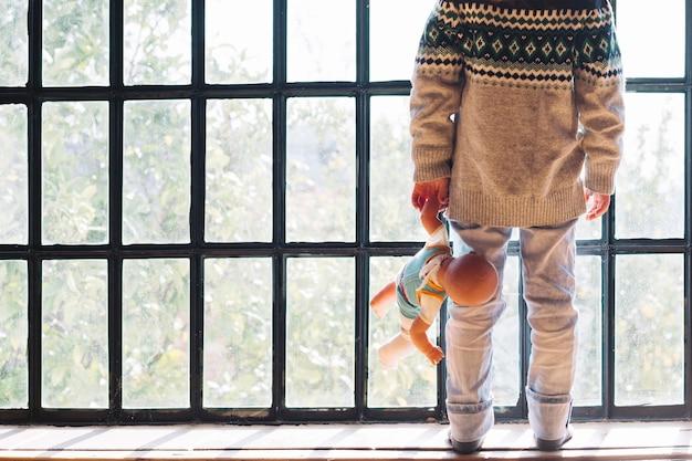 Dziewczyny Pozycja Przed Okno Z Lalą Darmowe Zdjęcia