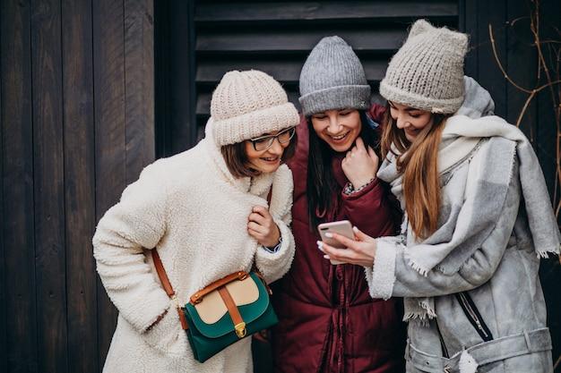 Dziewczyny Przyjaciele Spotykają Się Razem W Zimie Poza Ulicą Darmowe Zdjęcia