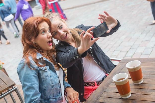 Dziewczyny Robienie Zdjęć Z Telefonu Komórkowego Premium Zdjęcia
