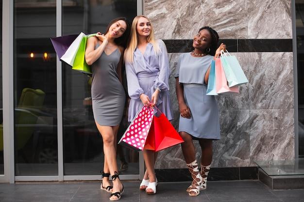 Dziewczyny trzyma torby z zakupy odzieżą Darmowe Zdjęcia