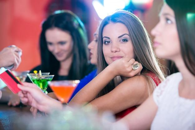 Dziewczyny w pięknych sukienkach świętują urodziny przyjaciela. Premium Zdjęcia