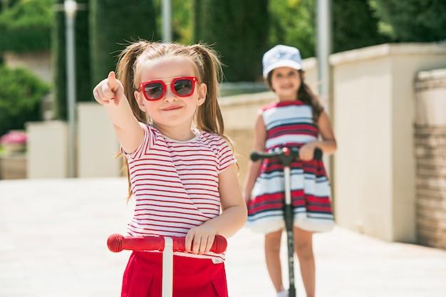 Dziewczyny W Wieku Przedszkolnym, Jazda Skuterem Na świeżym Powietrzu. Darmowe Zdjęcia