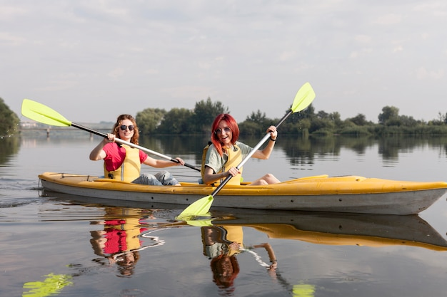 Dziewczyny, Wioślarstwo W Kajaku Na Jeziorze Darmowe Zdjęcia