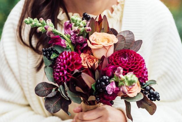 Dziewczyny Wręczają Trzymać Bukietów Kwiaty W Nieociosanym Boho Stylu Premium Zdjęcia