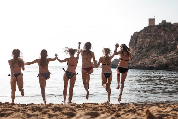 Dziewczyny zabawy na plaży Premium Zdjęcia