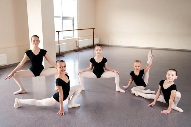 Dziewczyny Zajmują Się Choreografią W Klasie Baletu. Premium Zdjęcia