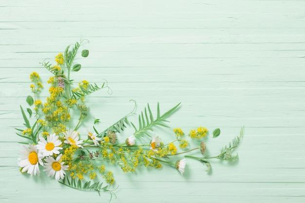 Dzikie Kwiaty Na Zielonym Tle Drewnianych Premium Zdjęcia