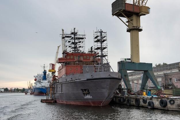 Dźwigi okrętowe i portowe w strefie napraw Premium Zdjęcia