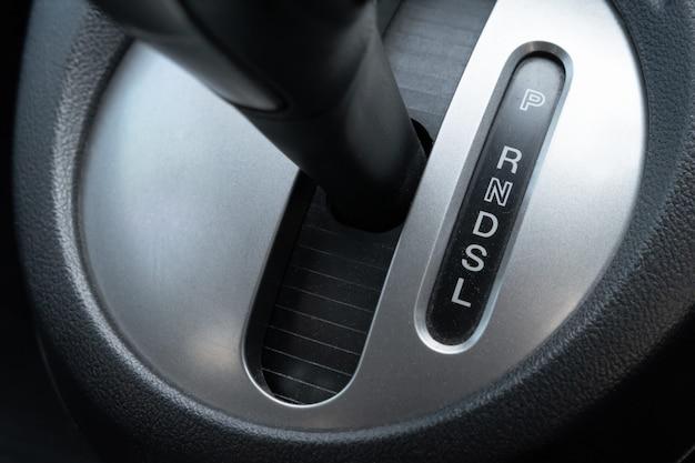 Dźwignia zmiany biegów samochodu w miejscu kierowcy. Premium Zdjęcia