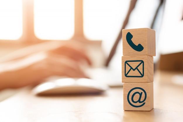E-mailowy Marketingowy Pojęcie, Ręka Używać Komputerową Dosłanie Wiadomość Z Drewnianym Sześcianu Blokiem Z Ikona Adresem Pocztowym I Telefonicznym Symbolem Premium Zdjęcia