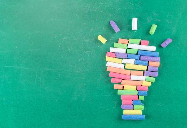 Edukaci I Szkoły Pojęcie, Kolor Kreda Na Zielonym Blackboard Premium Zdjęcia