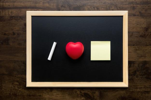 Edukaci Pojęcie Miłość Kierowy Symbol I Biel Piszemy Kredą Na Blackboard Widoku Z Góry Premium Zdjęcia