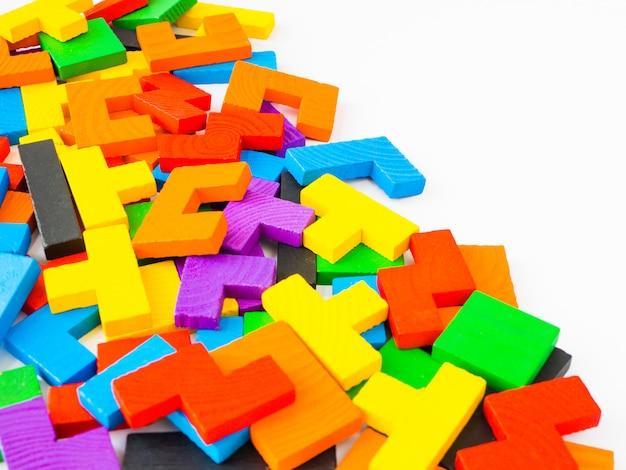 Edukaci pojęcie - tangram łamigłówki kolorowy drewniany, łamigłówka dla dzieciaka na białym tle. Premium Zdjęcia