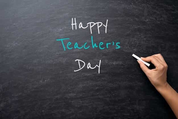 Edukacja lub powrót do szkoły. kobiety ręki mienia kreda na chalkboard Premium Zdjęcia