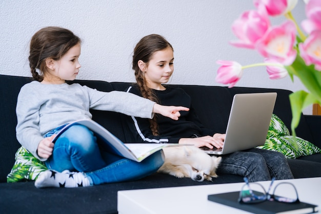 Edukacja Online, Kształcenie Na Odległość, Nauczanie W Domu. Dzieci Studiujące Pracę Domową Podczas Lekcji Online W Domu W Tablecie Laptopa I Trzymające Połączenie Wideo. Dystans Społeczny Podczas Kwarantanny. Samoizolacja Premium Zdjęcia