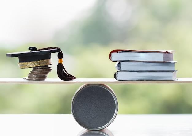 Edukacja Uniwersytecka Uczenie Się Za Granicą Pomysły Międzynarodowe. Student Graduation Cap Na Stosie Monet Premium Zdjęcia
