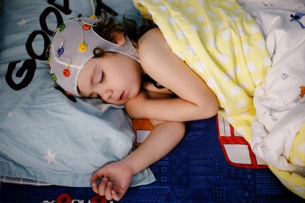 Eeg, Procedura Elektroencefalografii, Encefalografia Małego Chłopca We śnie Premium Zdjęcia