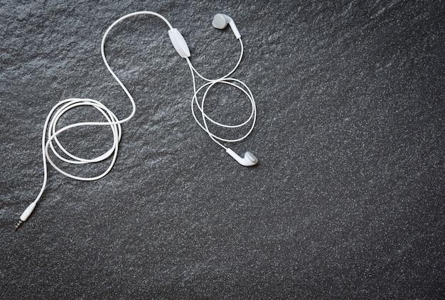 Efekty na ciemnym widoku z góry / muzyka to moje życie i rozrywka słuchanie muzyki Premium Zdjęcia