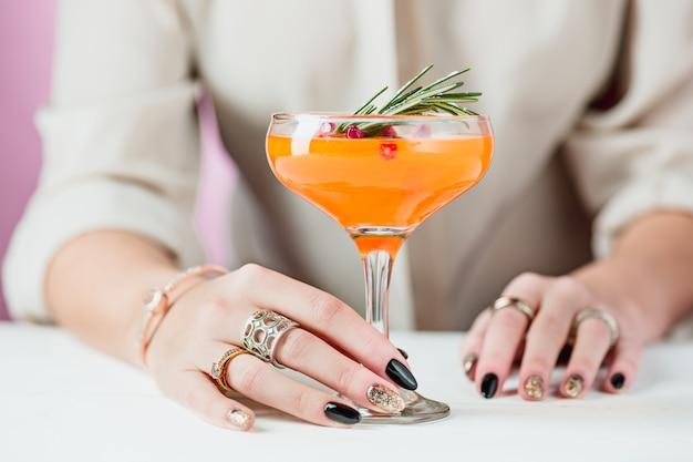 Egzotyczne Koktajle I Owoce Róży Oraz Kobieca Ręka Darmowe Zdjęcia