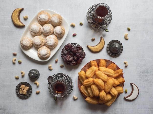 """Eid And Ramadan Dates Sweets - Kuchnia Arabska. Egipskie Ciasteczka """"kahk El Eid"""" I Tureckie Desery Tulumba. Widok Z Góry. Premium Zdjęcia"""