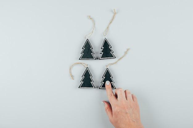 Ekologiczna drewniana świąteczna zabawka. kobiece ręce trzyma świątecznych dekoracji na boże narodzenie. Premium Zdjęcia