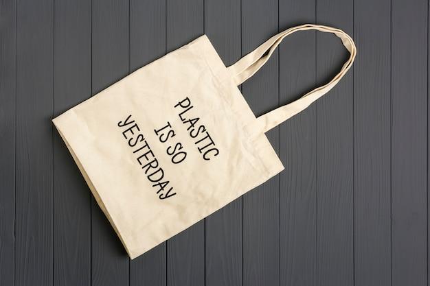 Ekologiczna torba z włókniny na ciemnoszarym drewnianym stole plastik jest wczoraj Premium Zdjęcia