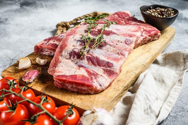 Ekologiczne Mięso Hodowlane. Surowe żeberka Wieprzowe Z Rozmarynem, Pieprzem I Czosnkiem. Premium Zdjęcia