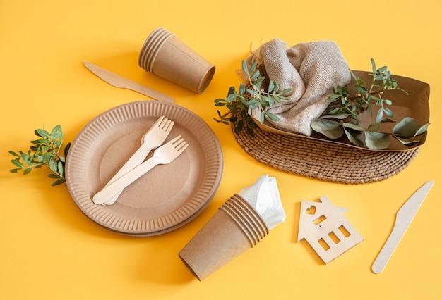 Ekologiczne Naczynia Jednorazowe Wykonane Z Papieru Na Pomarańczowej Powierzchni Darmowe Zdjęcia