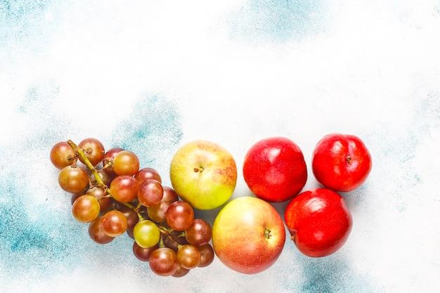 Ekologiczne, Proste Beżowe Bawełniane Torby Na Zakupy Do Kupowania Owoców I Warzyw Z Letnimi Owocami. Darmowe Zdjęcia