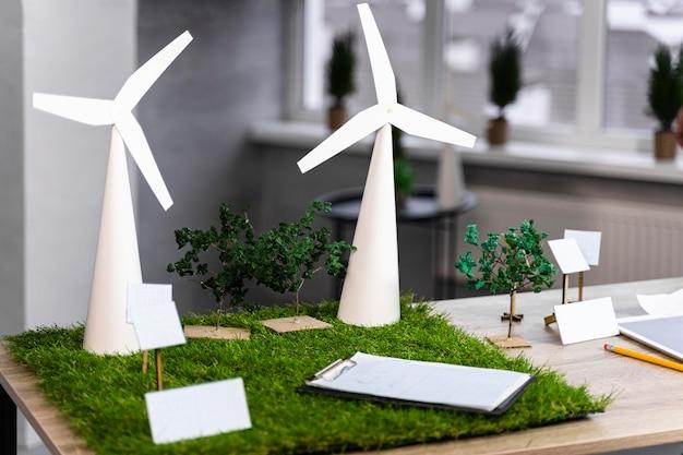 Ekologiczny Układ Projektu Energii Wiatrowej Na Biurku Ze Smartfonem Premium Zdjęcia