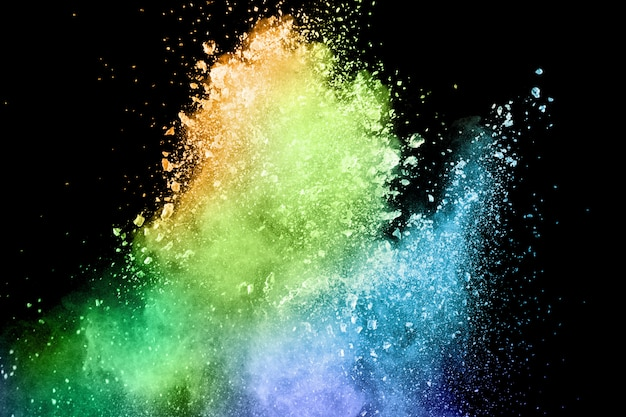 Eksplozja proszku koloru na czarnym tle. pluśnięcie koloru proszka pył na ciemnym tle. Premium Zdjęcia