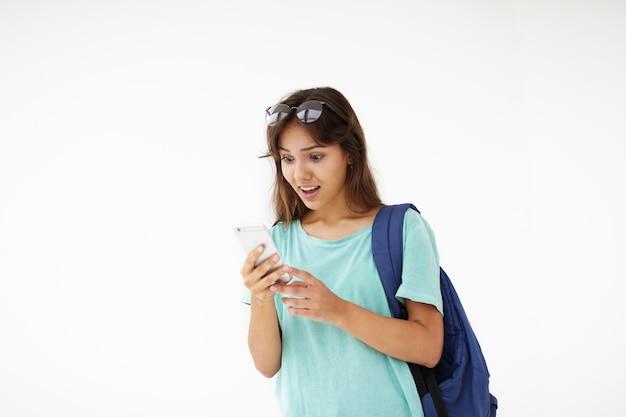 Ekspresyjna Młoda Kobieta Pozowanie Darmowe Zdjęcia