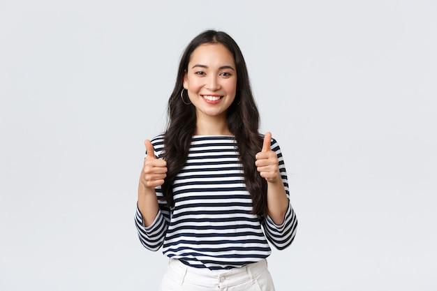 Ekspresyjna Młoda Koreańska Dziewczyna Pozuje Premium Zdjęcia