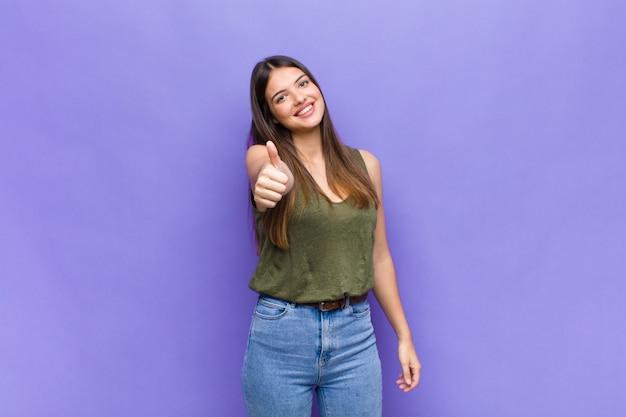 Ekspresyjna Piękna Młoda Kobieta Premium Zdjęcia